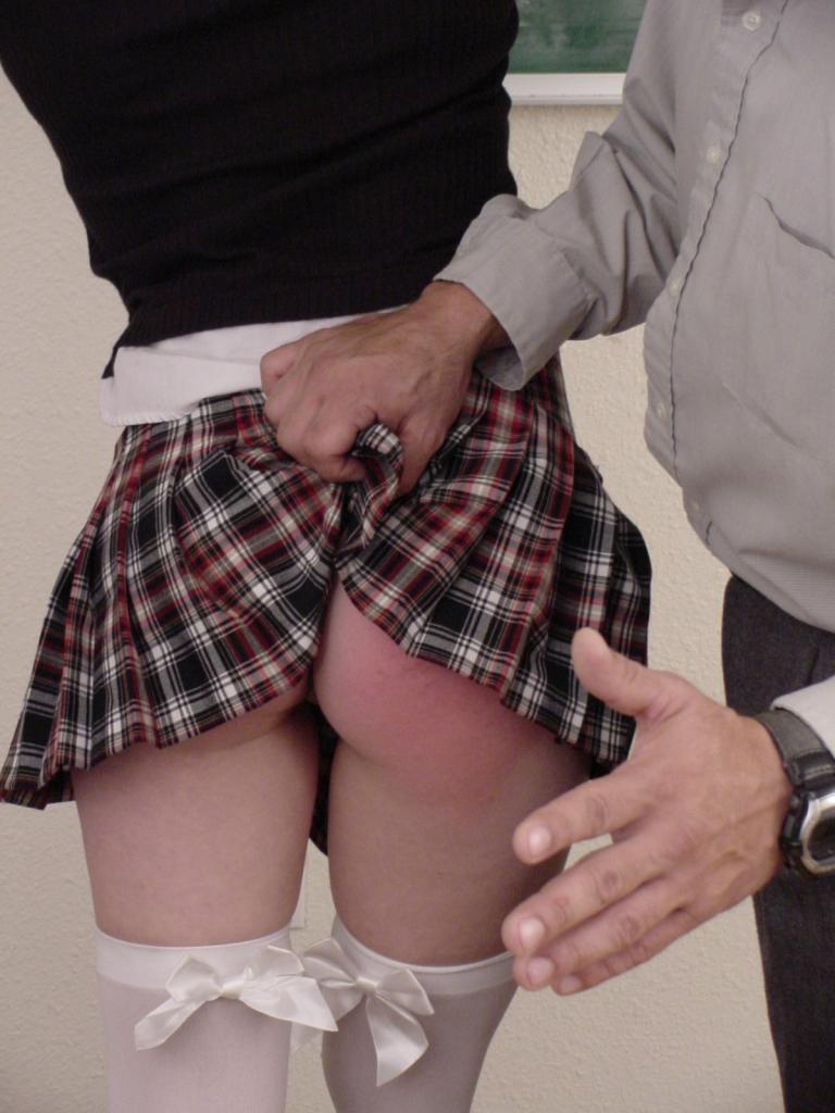 Фото парень шлепает девушку по попе 33923 фотография