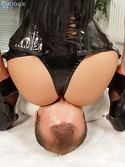 Latex bitch torturing her sub with facesitting