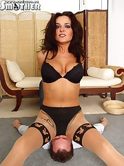 Hot mistress in real facesitting action