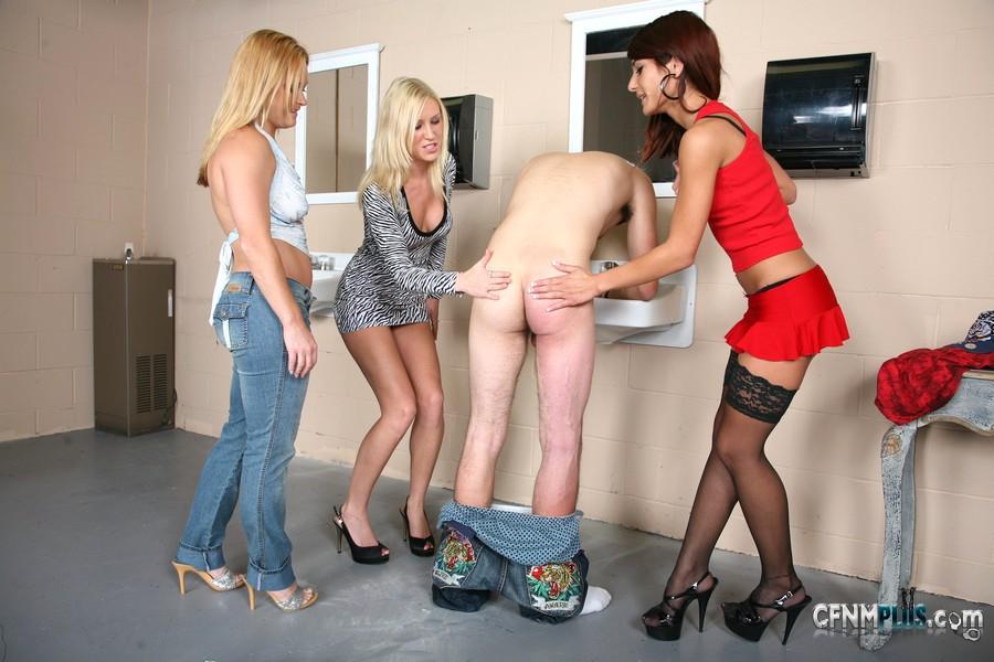 Дрочат подсматривая за девушками