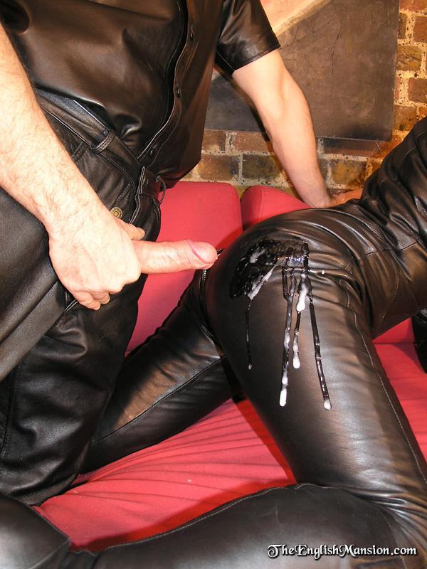 Третья кожаными штанами об член порно