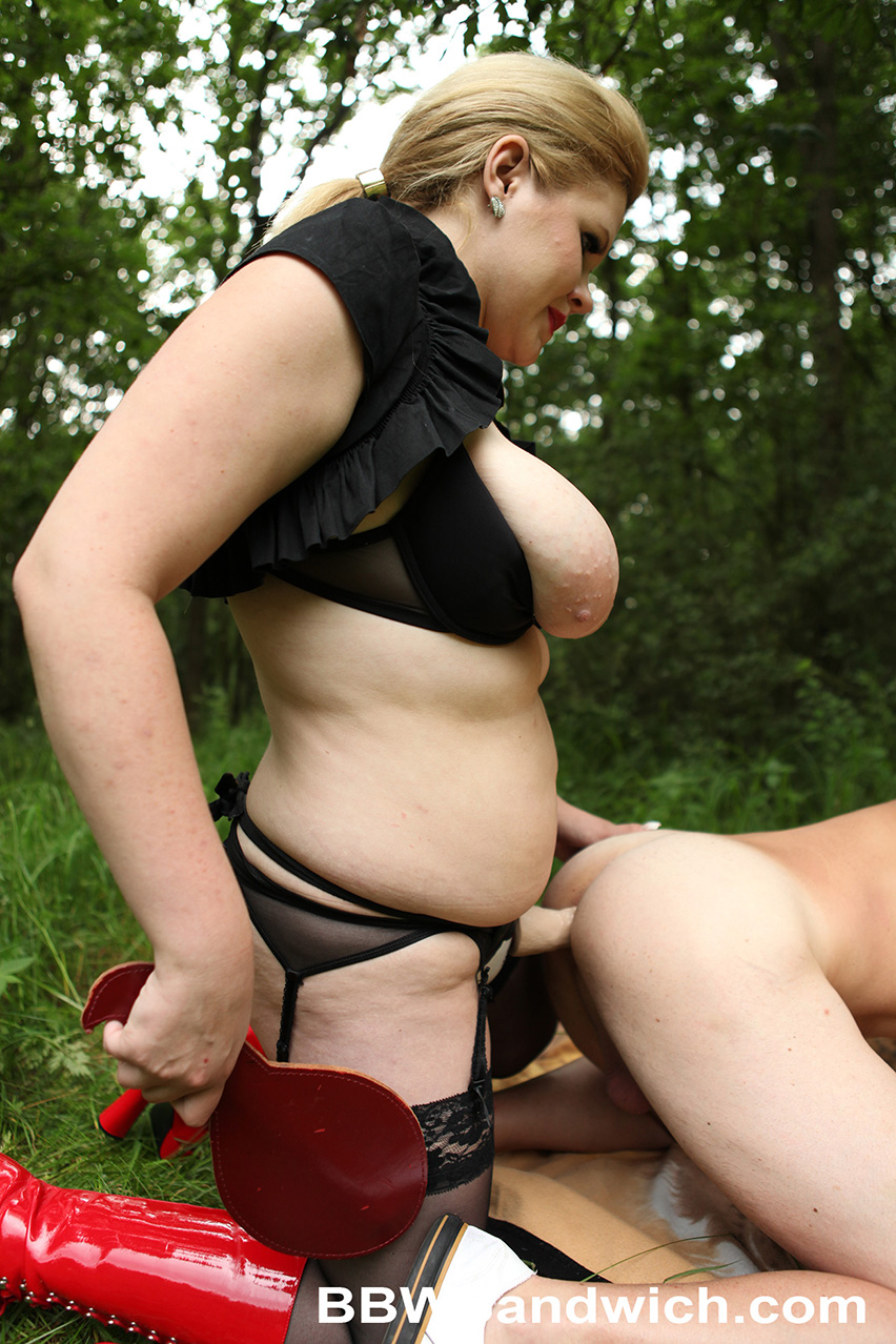 Kinky bathroom pissing and voyeurism leads to kinkier bedroom action 8