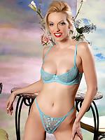 Emily Marilyn chap-fallen comme ci in blue bikini