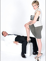 Domme performs face sitting tease