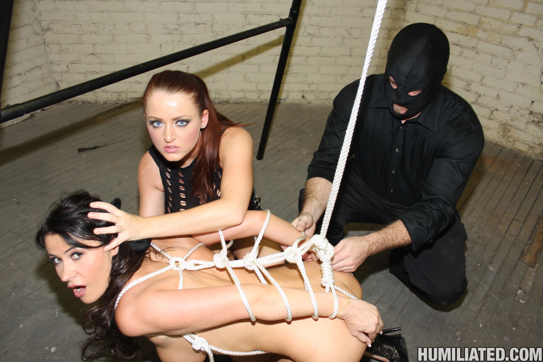 Связанную трахает в рот, Парни жестко ебут связанную телку в рот - порно видео 11 фотография