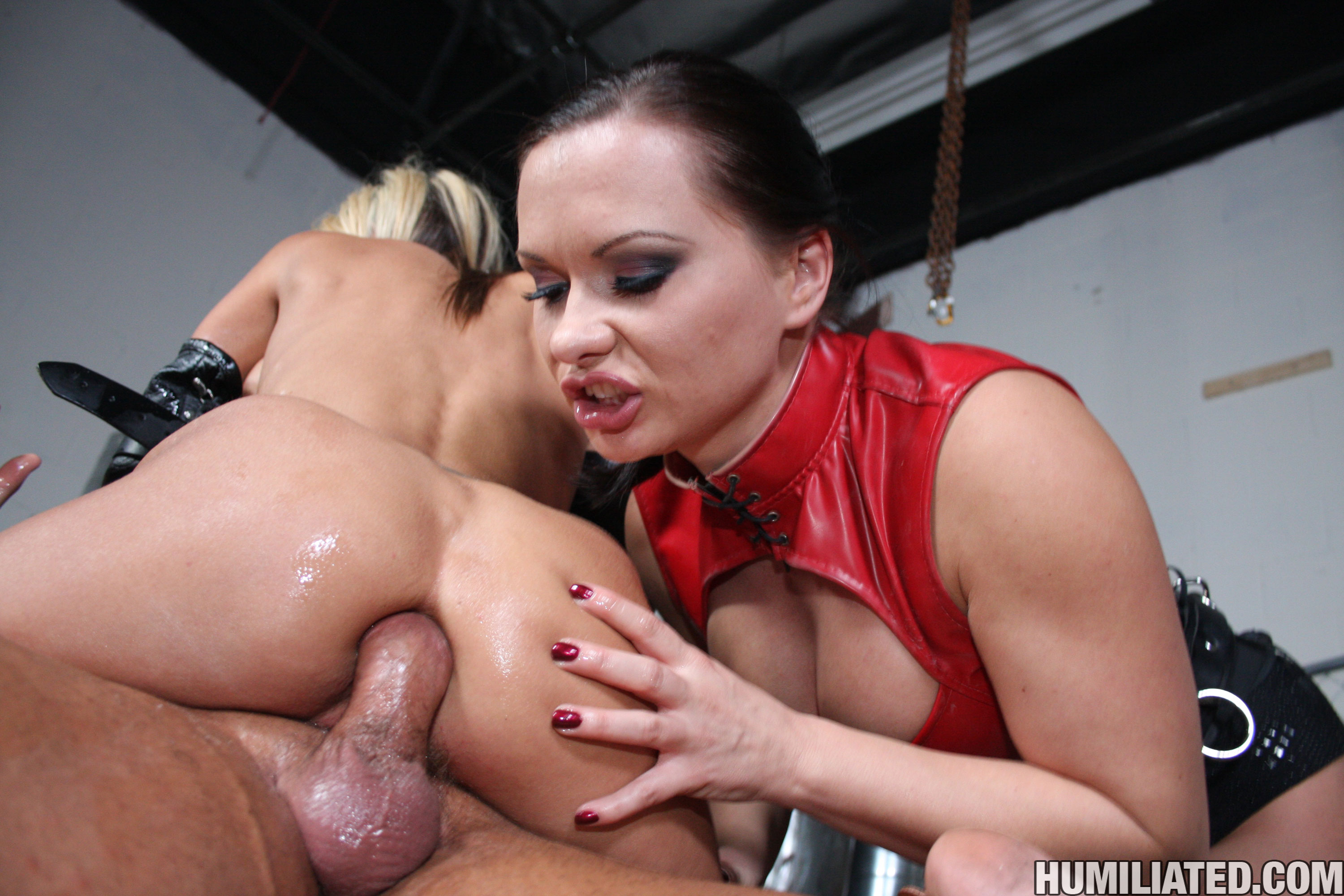 Double blowjob shared fucking model