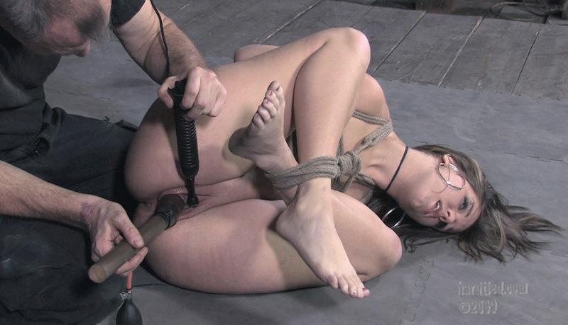 Порно издеваются секс машинами над девушкой