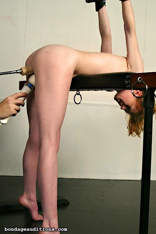 девушки издевались над девушкой с помощью вибратора