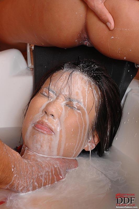 Порно в рот в ванной