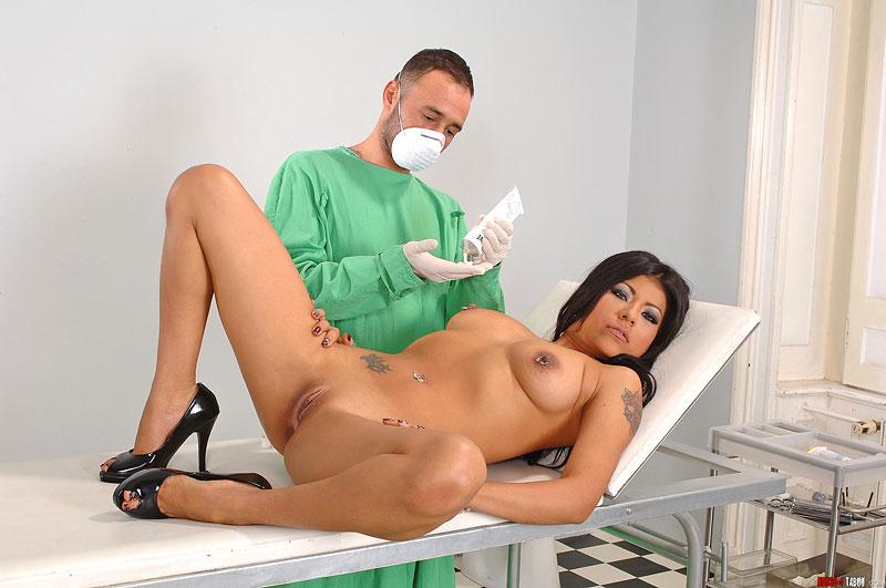 Массаж в кабинете врача порно