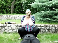 Blond domme facesitting slave doused