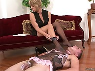 Teen domme in nylon trampled sub's face
