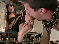 Domme Gia Dimarco humiliates a newbie slaveman by her legs
