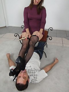 12 of Petra plays with slave under her feet